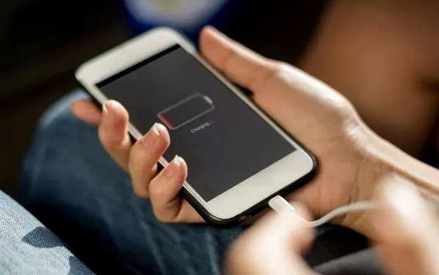 Kết nối điện thoại với bộ sạc hoặc máy tính để mở nguồn