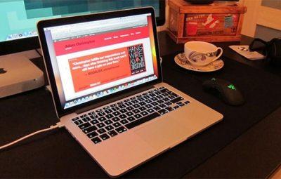 Có nên vừa dùng laptop vừa sạc không?
